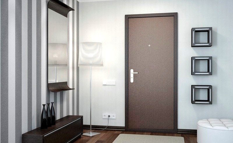 Установленная металлическая дверь