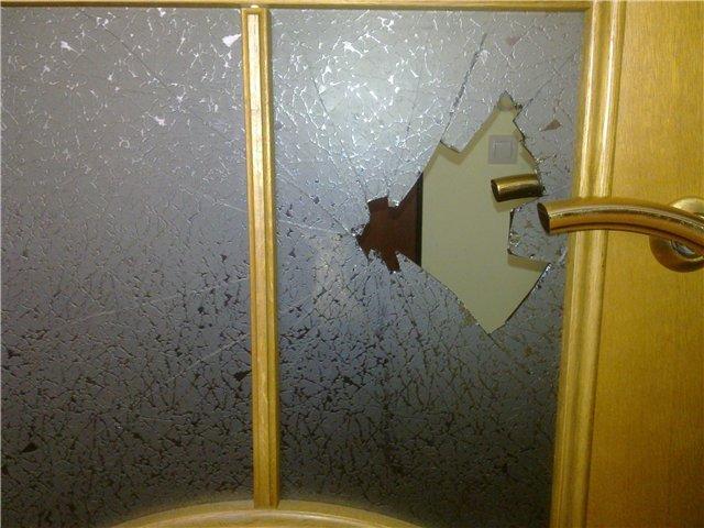 Разбитое стекло в межкомнатной двери