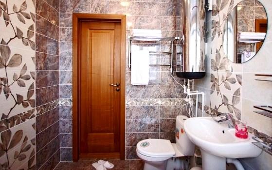 Деревянная дверь в ванную комнату