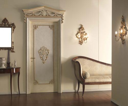 Старая декорированная дверь