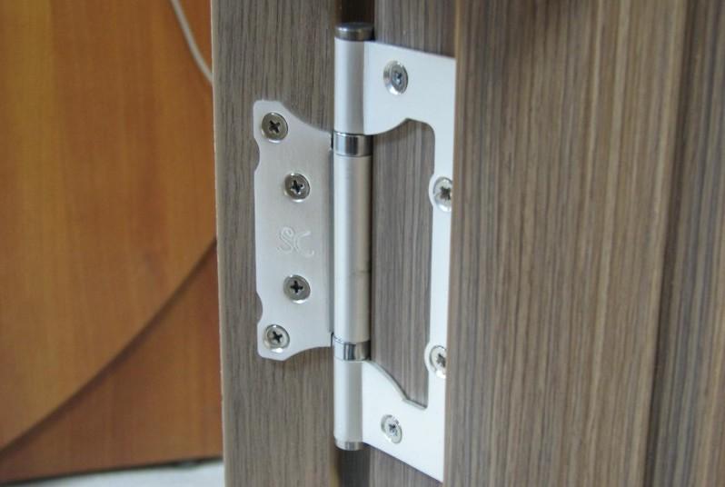 Установленные дверные петли