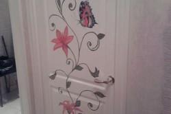 Декор двери при помощи трафарета