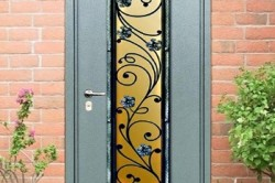 Входная дверь со стеклянной вставкой