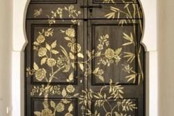 Нанесение краски на дверь по трафарету