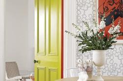 Салатовая дверь в интерьере