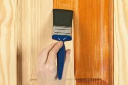 Нанесение лака на деревянную дверь