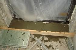 Монтаж бетонного дверного порога