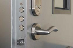 Запорный механизм двери
