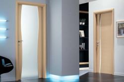 Стеклянная дверь из триплекса в интерьере